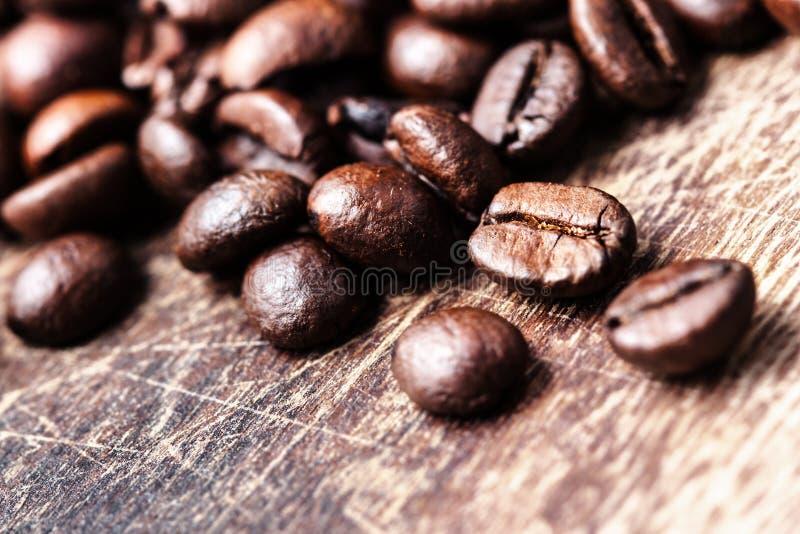 Koffiebonen op beeld van de de bovenkantmening van de grunge het houten lijst, royalty-vrije stock foto's