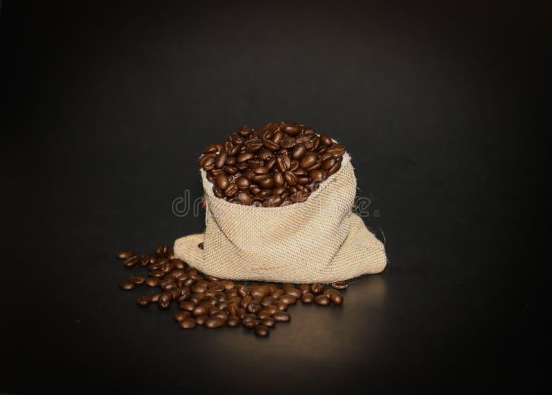 Koffiebonen op donkere achtergrond royalty-vrije stock foto's