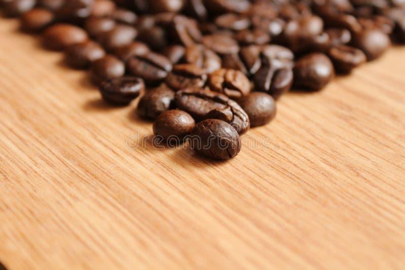 Koffiebonen op een houten lijst royalty-vrije stock afbeelding
