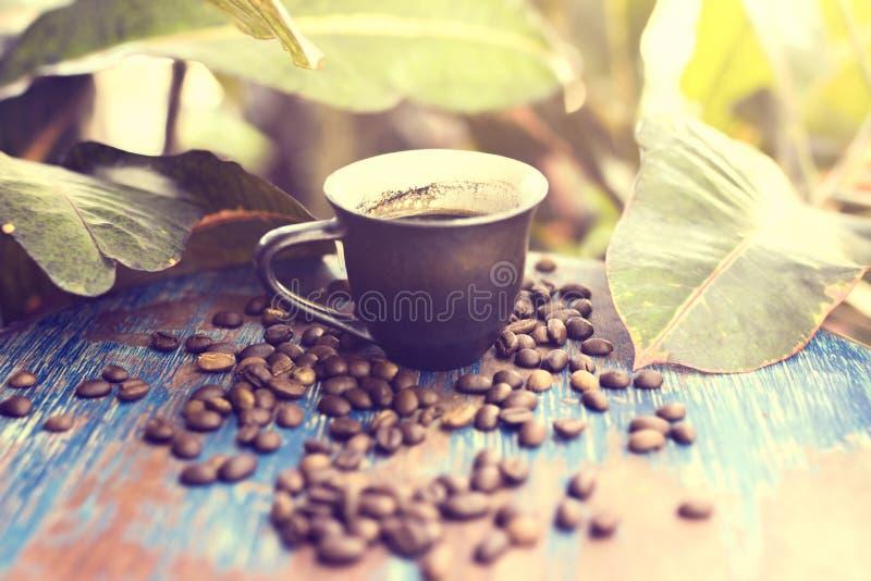 Koffiebonen op het oude bureau in openlucht royalty-vrije stock afbeeldingen