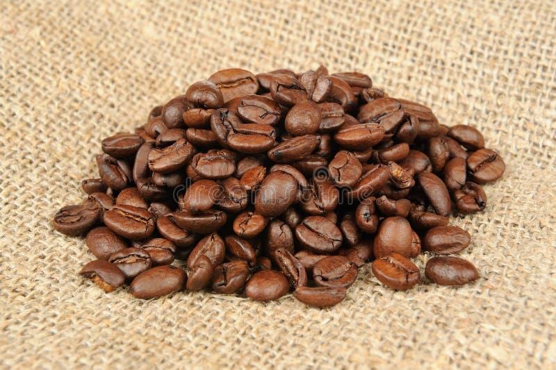 Koffiebonen op jute royalty-vrije stock afbeeldingen