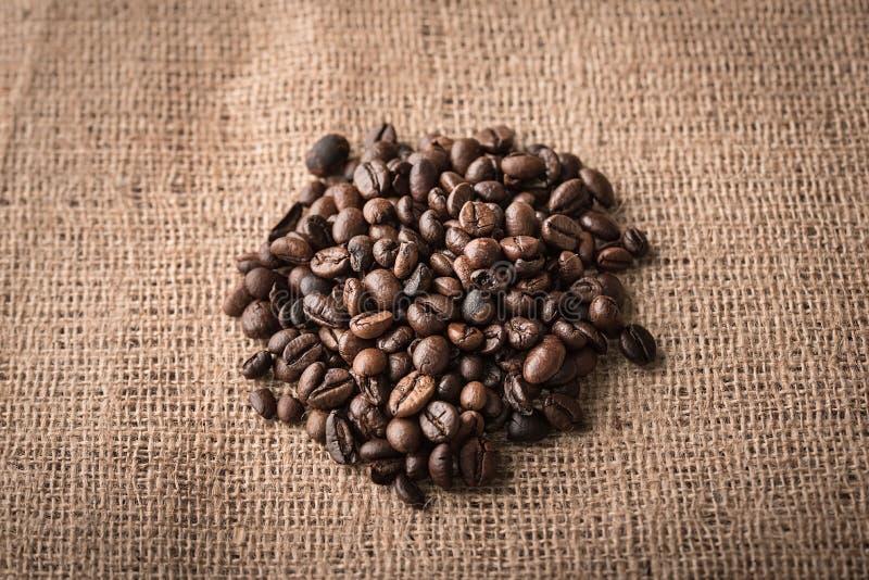 Koffiebonen op juteachtergrond royalty-vrije stock afbeelding