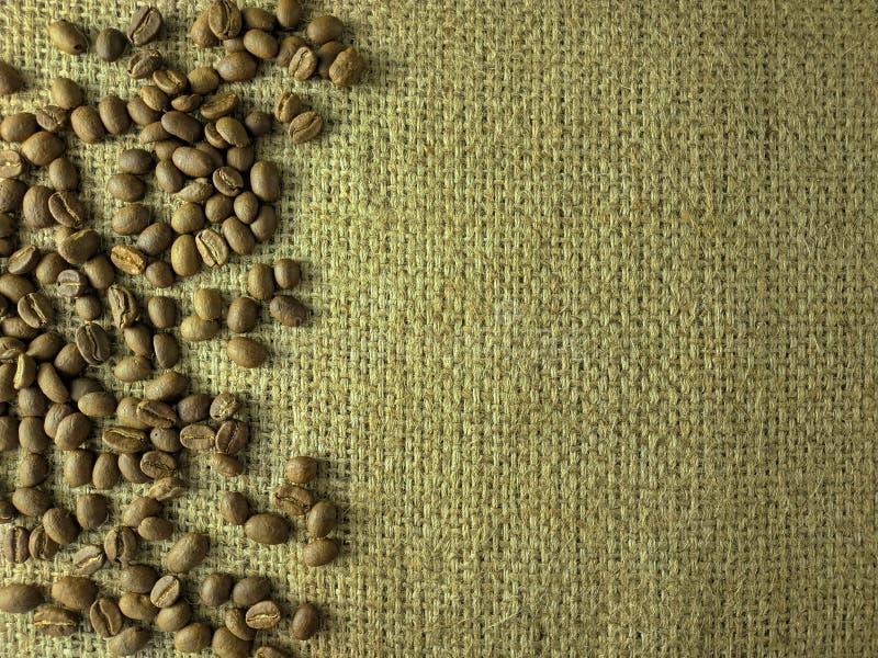 Koffiebonen op jutetextuur stock foto's