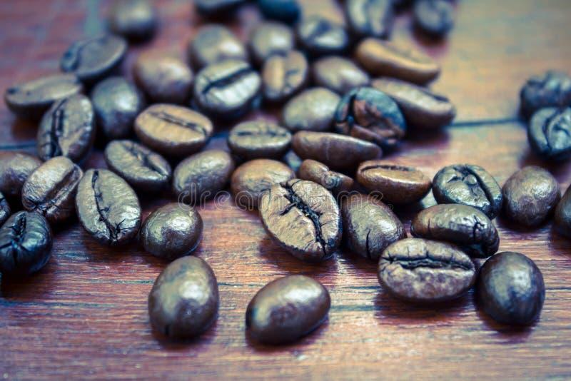 Koffiebonen op lijst, uitstekende kleur. stock foto's