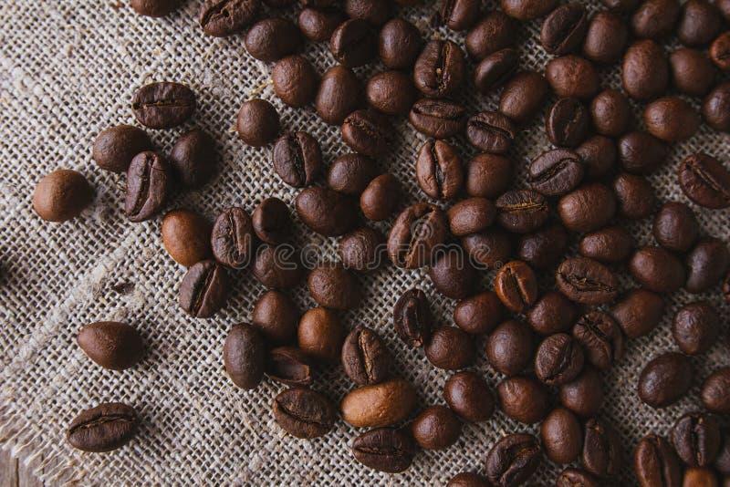 Koffiebonen op linnen hoogste mening royalty-vrije stock fotografie