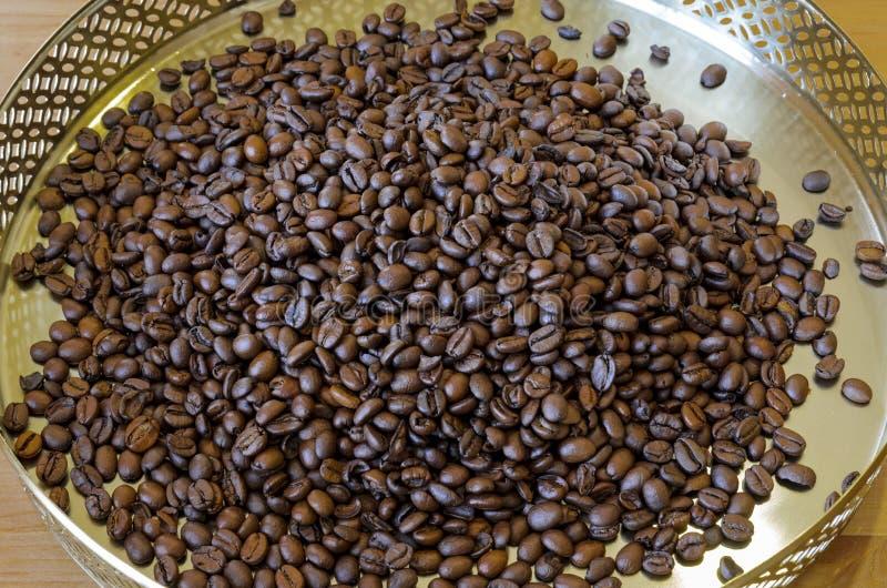 Koffiebonen op uitstekende achtergrond stock afbeeldingen
