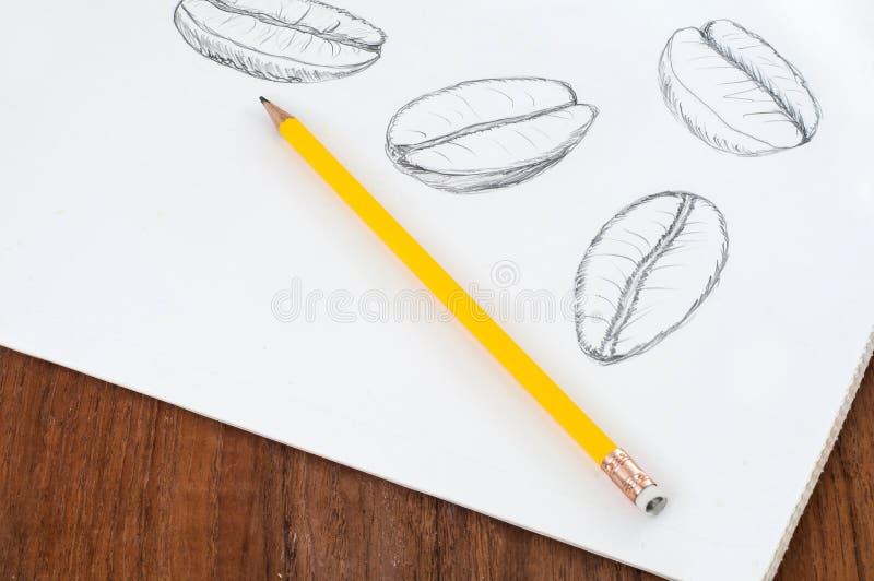 Koffiebonen op wit met potlood worden geschetst dat royalty-vrije stock foto