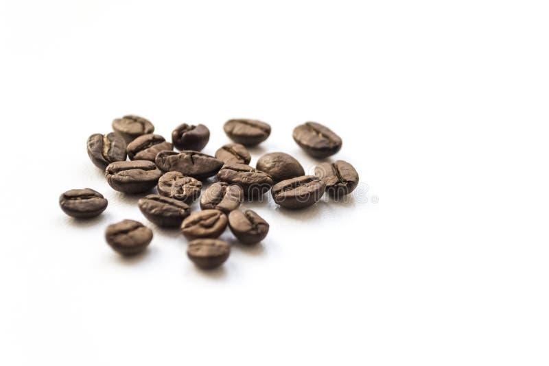 Koffiebonen op witte lijst worden geïsoleerd die stock foto's