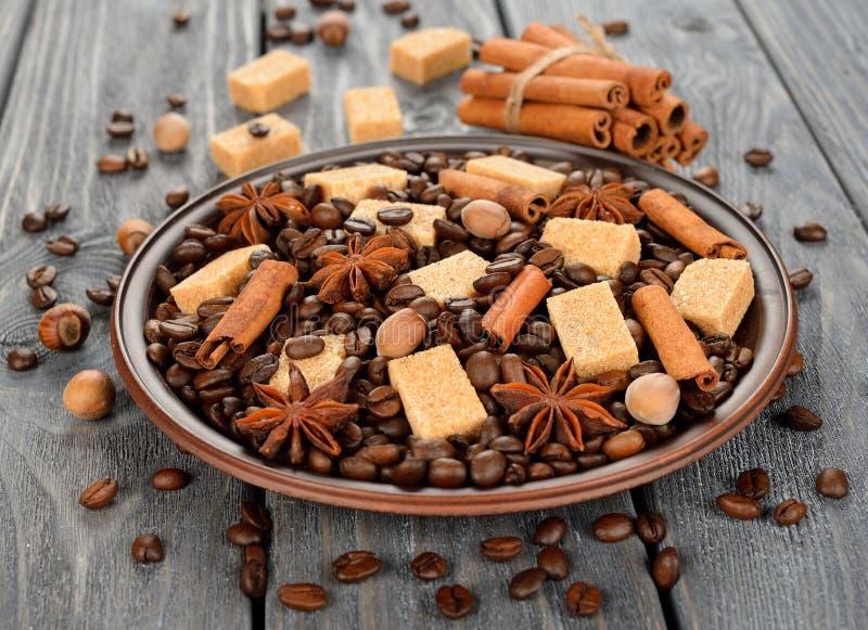 Koffiebonen, suiker en kruiden stock afbeeldingen