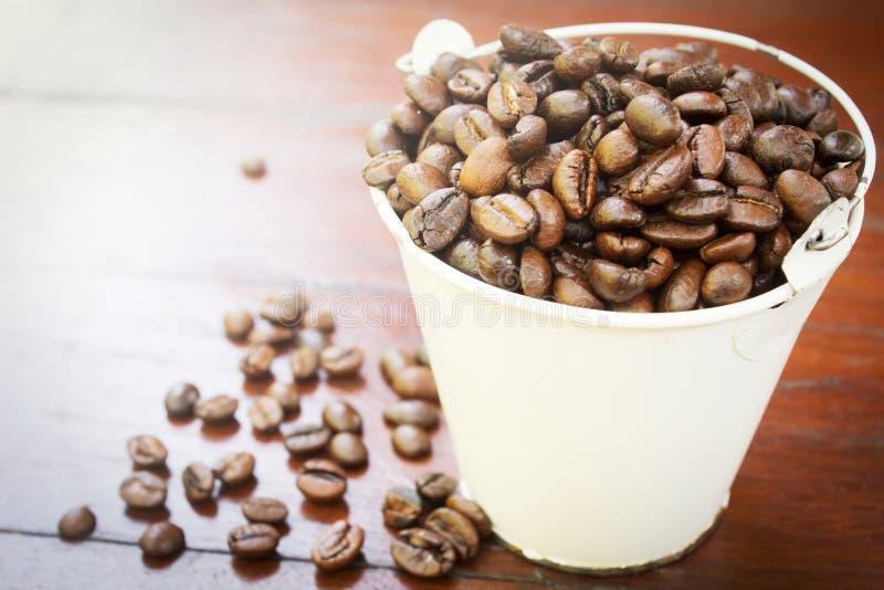 Koffiebonen in tank. royalty-vrije stock afbeelding