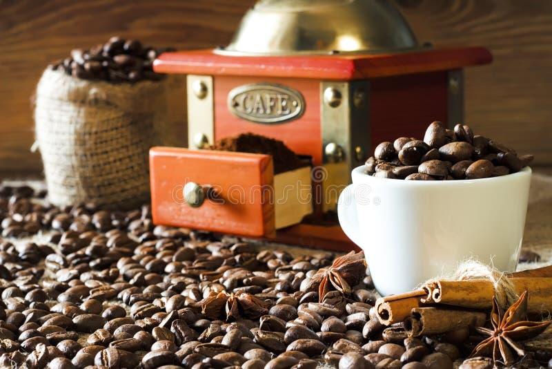 Koffiebonen van het verse roosteren en het verse malen royalty-vrije stock afbeeldingen