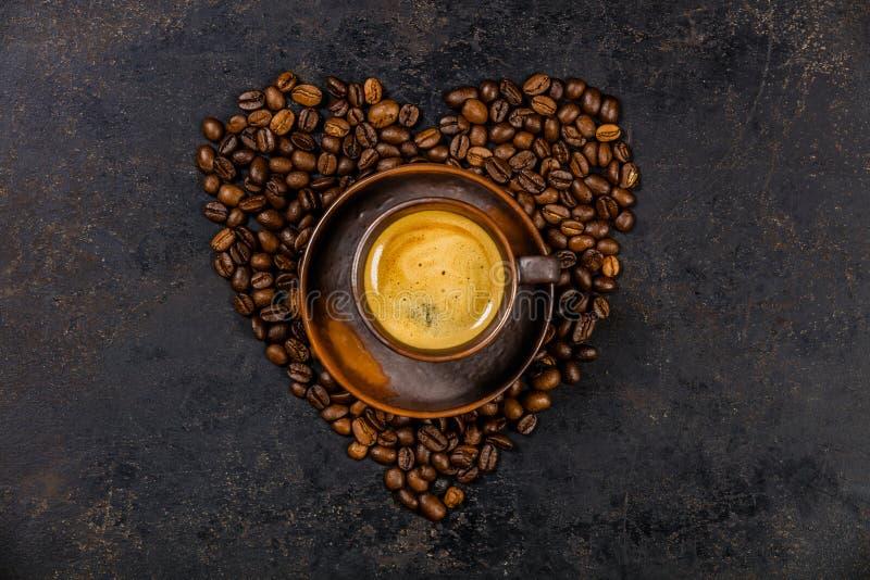 Koffiebonen in vorm van hart en espresso royalty-vrije stock fotografie