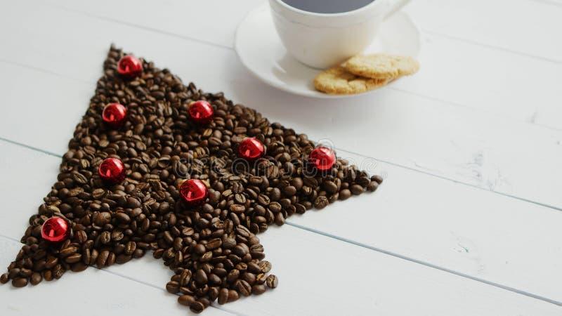 Koffiebonen in vorm van naaldboom en kop stock afbeelding
