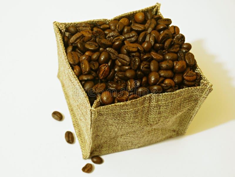 Koffiebonen in zak stock afbeeldingen