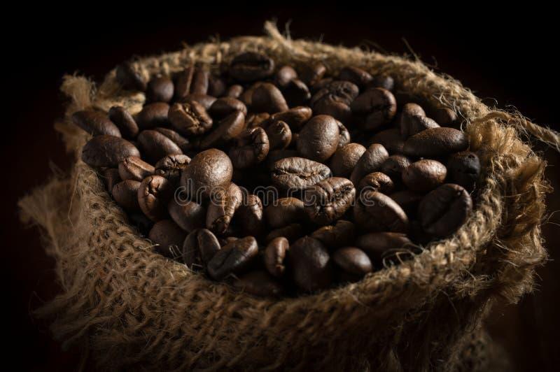 Koffiebonen in zakzak stock foto's
