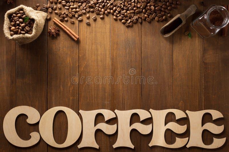 Koffiebrieven en bonen op hout stock foto's
