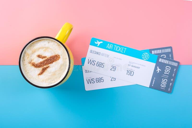 Koffiecappuccino met een beeld van het vliegtuig op het schuim, hoogste mening Pastelkleur heldere achtergrond Concept luchtreis royalty-vrije stock fotografie