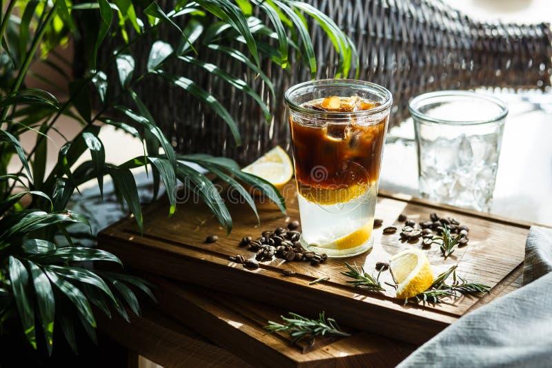 Koffiecocktail met citroen en tonicum royalty-vrije stock foto