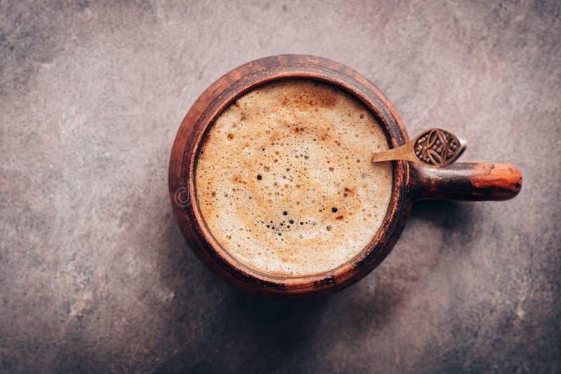 Koffiedichte cappuccino op een donkere oogstachtergrond Weergeven vanaf boven royalty-vrije stock afbeeldingen