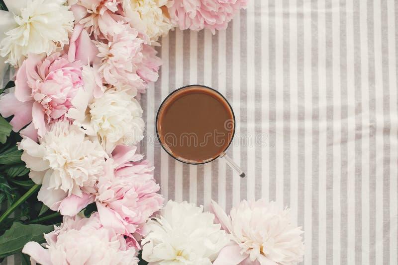 Koffiedrank in glaskop in mooi roze en wit pioenenkader Hello-de Lente Goedemorgenconcept De gelukkige Dag van Moeders stock fotografie
