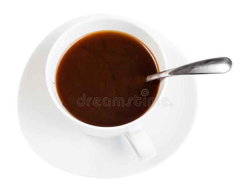 Koffiedrank in witte kop met lepel op schotel stock foto's