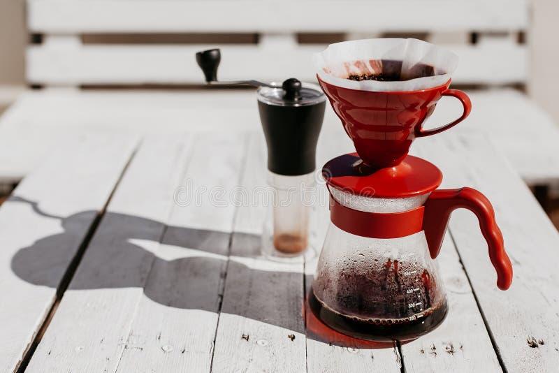 Koffiedruppel op houten lijst wordt geplaatst die stock fotografie