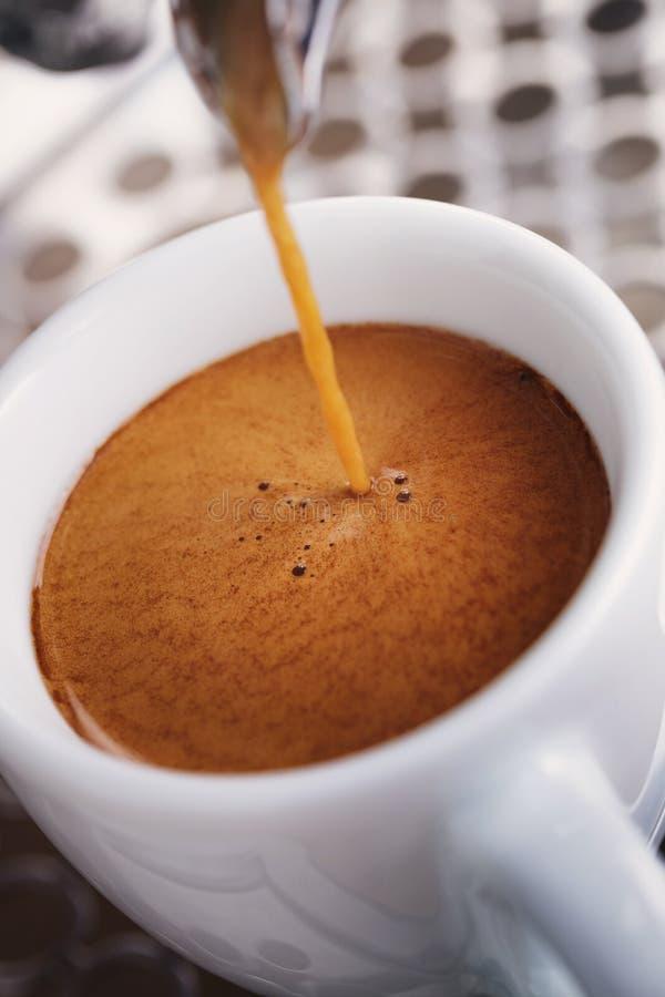Koffieextractie van professionele koffiemachine royalty-vrije stock foto