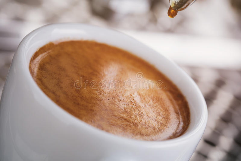 Koffieextractie van professionele koffiemachine royalty-vrije stock afbeeldingen