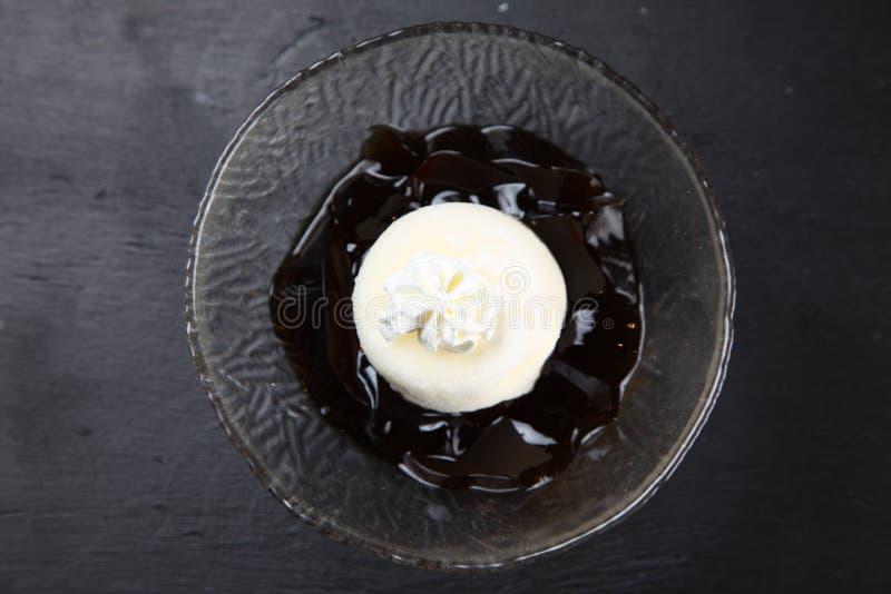 Koffiegelei met roomijs dat in mochi wordt verpakt royalty-vrije stock afbeeldingen