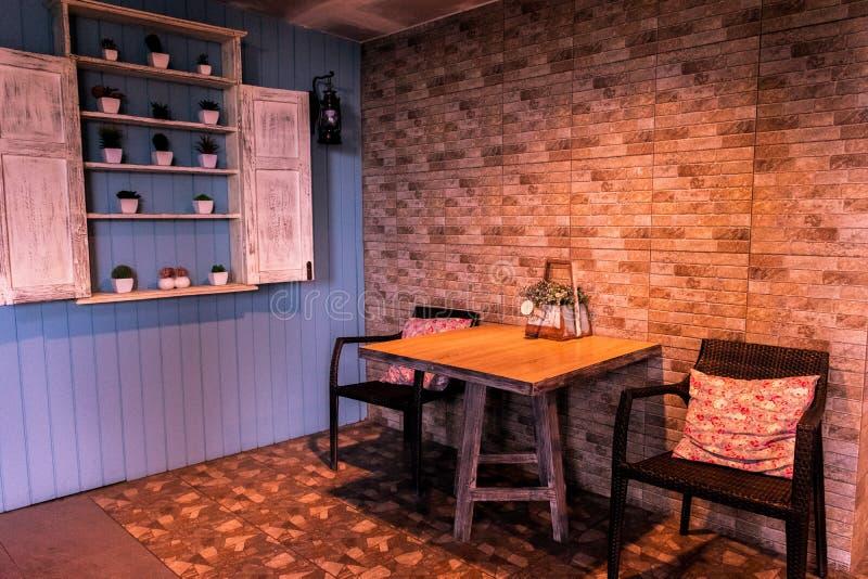 Koffiehoek en warm licht in de koffiewinkel royalty-vrije stock afbeeldingen