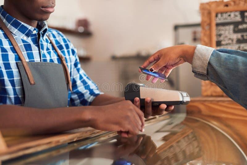 Koffieklant die voor haar purchace met nfctechnologie betalen royalty-vrije stock afbeelding
