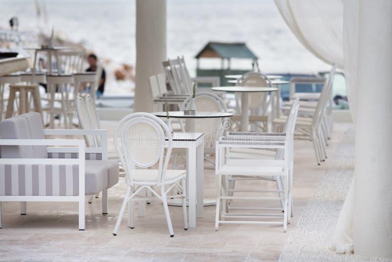 Koffieknuppel bij strand royalty-vrije stock foto's