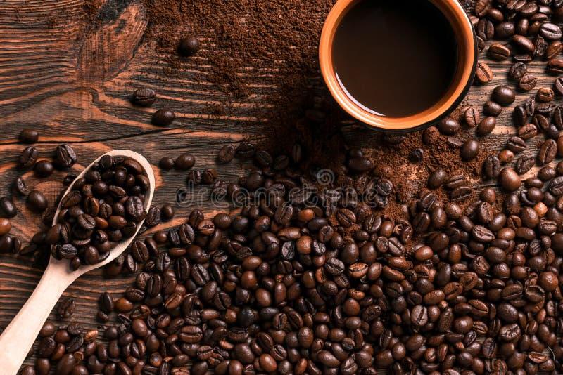 Koffiekop en bonenkader op houten lijst royalty-vrije stock foto