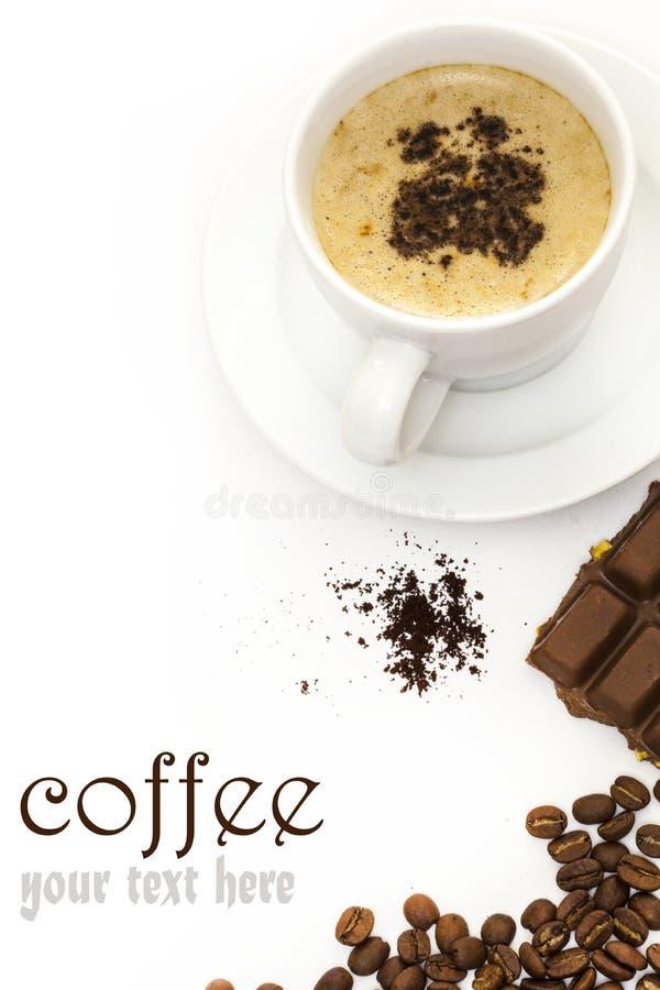 Koffiekop en chocolade op witte lijst stock afbeelding