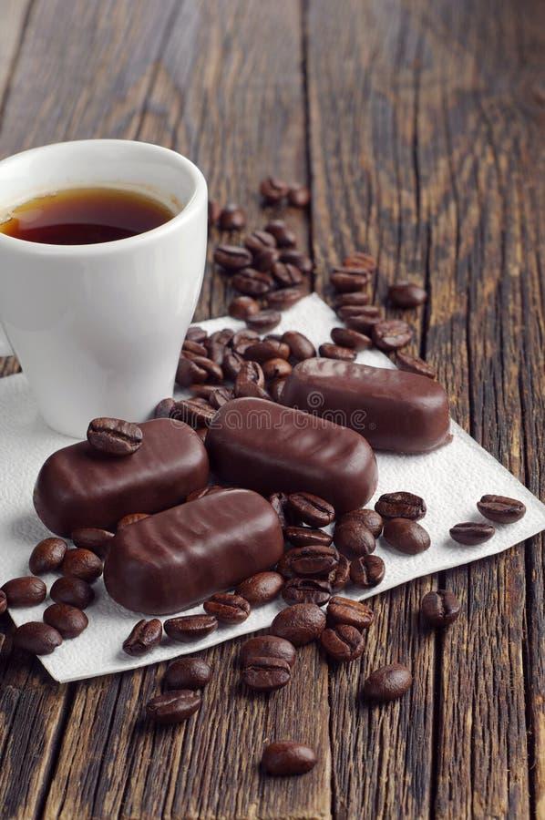 Koffiekop en chocoladesuikergoed stock fotografie