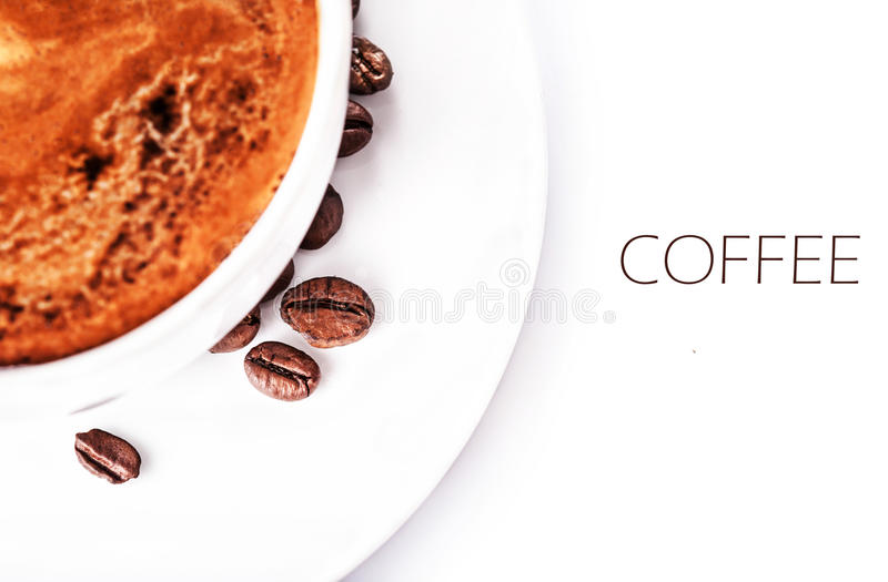 Koffiekop en geroosterde die koffiebonen op een witte backgrou wordt geïsoleerd royalty-vrije stock foto