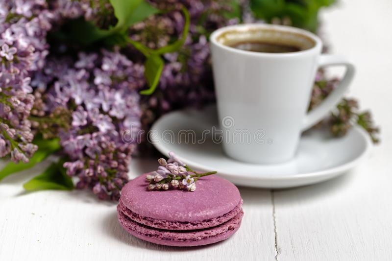 Koffiekop en kleurrijke lilac bloemen op tuinlijst stock afbeelding