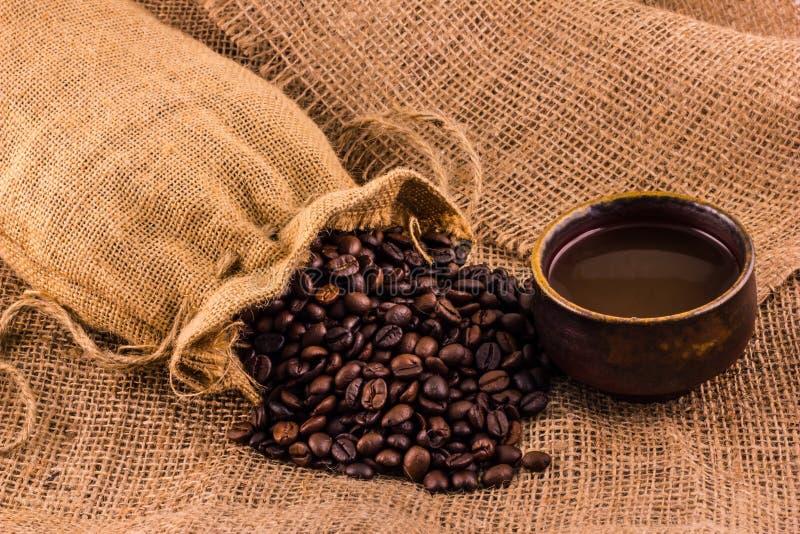 Koffiekop en koffiebonen stock fotografie