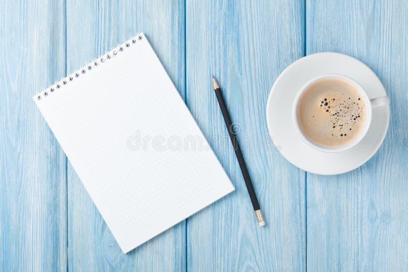 Koffiekop en lege blocnote stock afbeeldingen