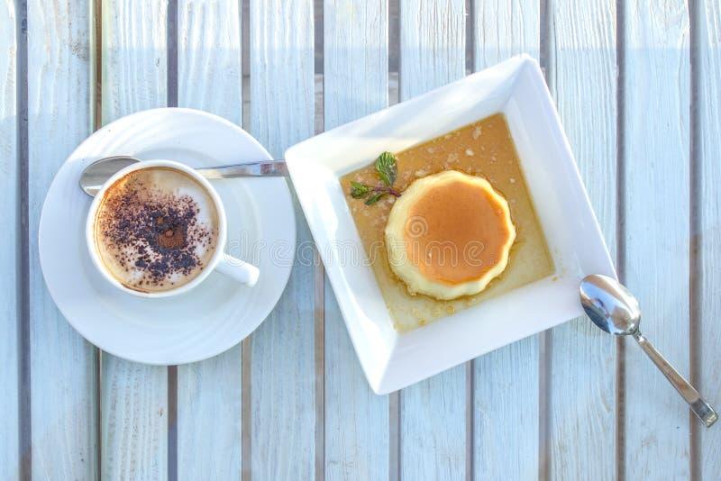 Koffiekop en Panna Cotta-dessert op een houten lijst royalty-vrije stock afbeelding