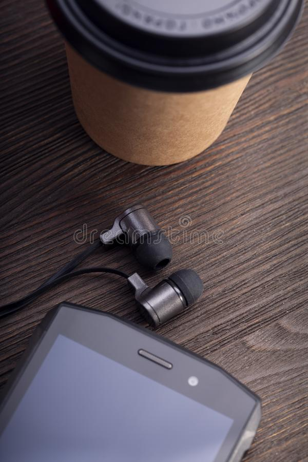 Koffiekop en witte smartphone op rustieke houten lijst De uitstekende koffievlakte legt samenstelling De sc?ne van het ontbijt royalty-vrije stock fotografie