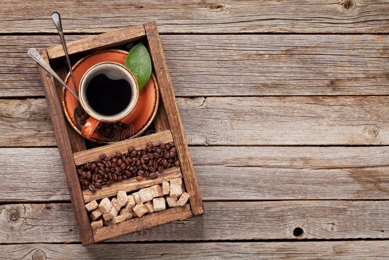 Koffiekop, geroosterde bonen en bruine suiker royalty-vrije stock foto