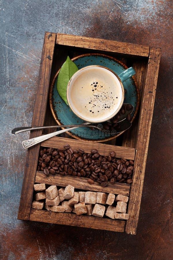 Koffiekop, geroosterde bonen en bruine suiker stock foto
