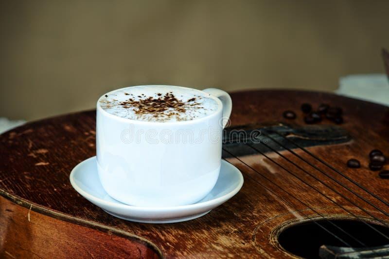 Koffiekop, koffiebonen en gitaar royalty-vrije stock fotografie