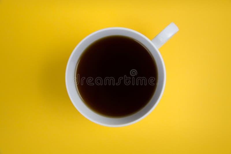 Koffiekop lucht op heldere gele achtergrond royalty-vrije stock afbeelding