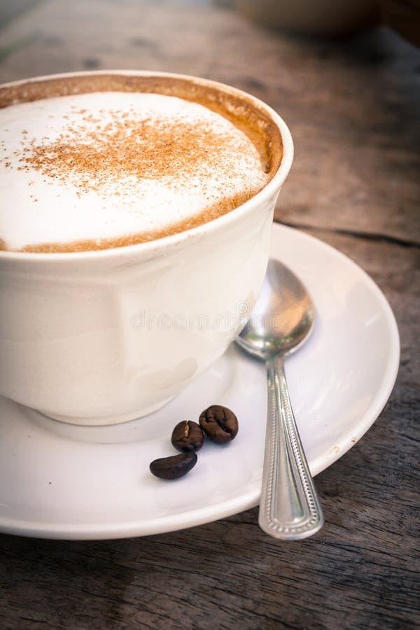 Koffiekop met bonen, stilleven stock foto