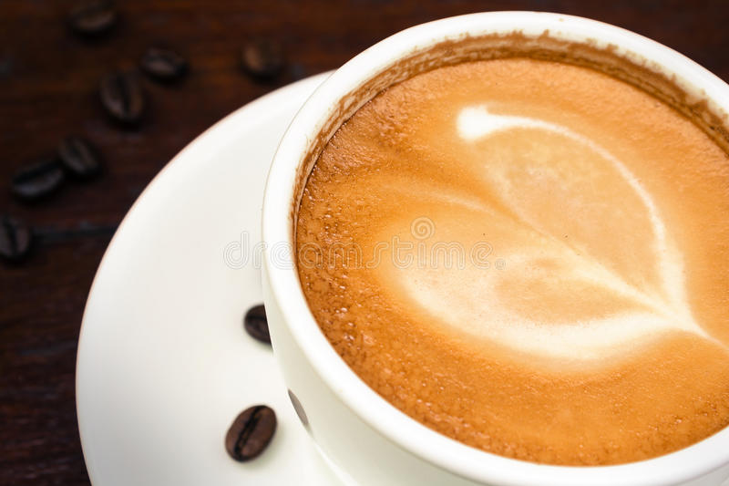 Koffiekop met bonen, stilleven. stock afbeeldingen