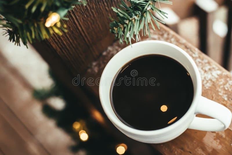 Koffiekop met Kerstmislichten stock fotografie