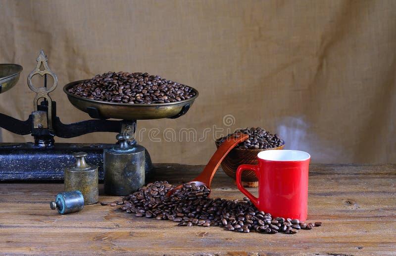 Koffiekop met schaal en koffiebonen. royalty-vrije stock afbeeldingen