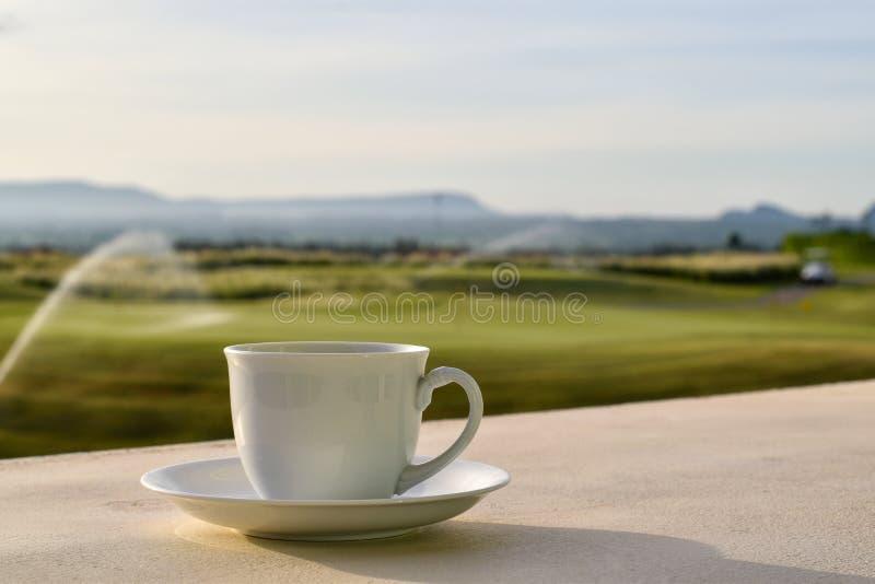 Koffiekop met vage meningsachtergrond stock fotografie